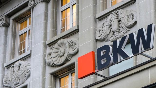 Gebäude mit BKW-Leuchtschrift über dem Eingang.