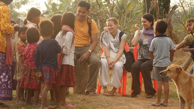 Khom Phy, Andrea Jansen und Amira Hamami in einer Drehpause mit den Dorfkindern.