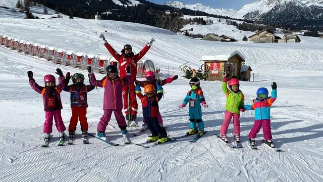 Scolast da skis cun uffants da scolina da Savognin.