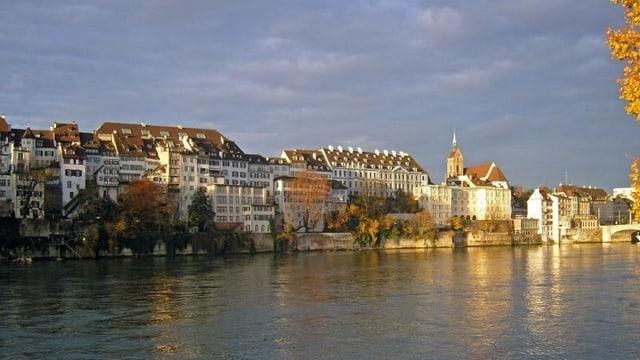 Grossbasler Rheinufer in der Abendstimmung, rheinabwärts fotografiert, ganz rechts ein Teil der Mittlereren Brücke.