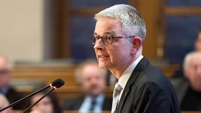 Staatsschreiber Christoph Auer spricht am Rednerpult im Rathaus