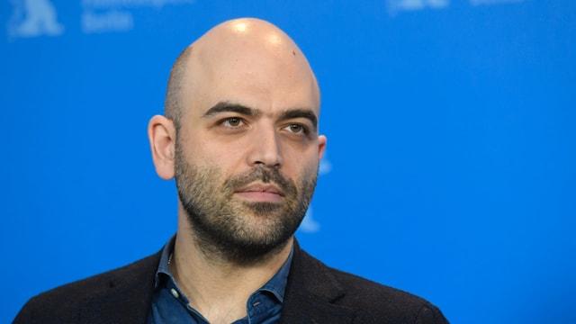 Roberto Saviano posiert vor einer Fotowand an der Berlinale 2019.