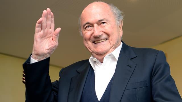 Der ehemalige Fifa-Präsident Sepp Blatter winkt lachend in die Kamera.