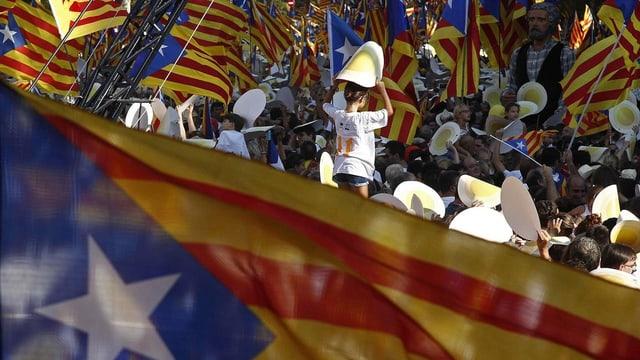 Glieud che festivescha il di naziunal da la Catalugna ils 11 da settember.