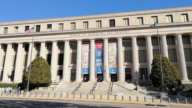 Grosses Gebäude mit Säulen.