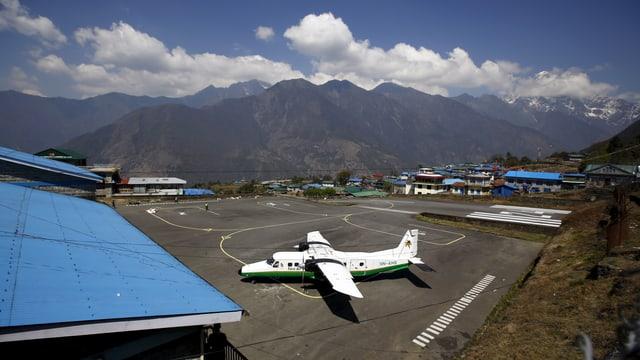 In aviun pitschen da la Tara Air sa tschenta sin l'eroport da Jomsom en il Nepal.