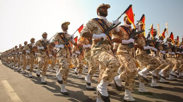 Irans Revolutionsgarden bei einer Parade.