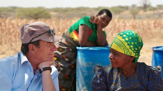 Patrick Hohmann spricht mit seinen Baumwollproduzenten in Tansania.