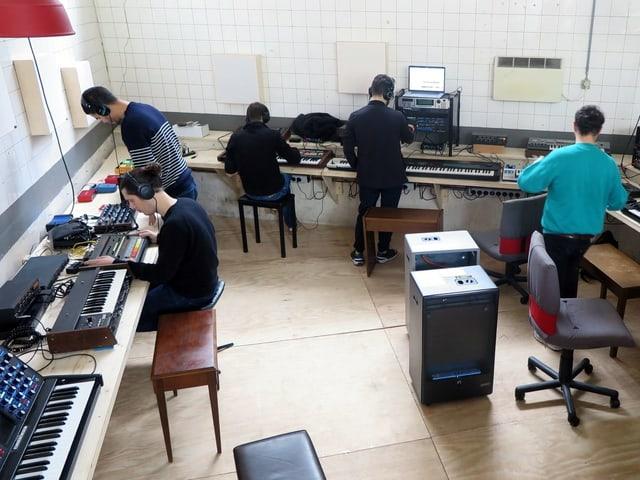 Viele Synthesizer und Musiker.