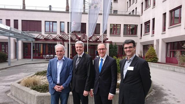 Aurelio Casanova, Mathias Bundi, Christian Rathgeb e Marcus Caduff davant l'Ospital regiunal Surselva.