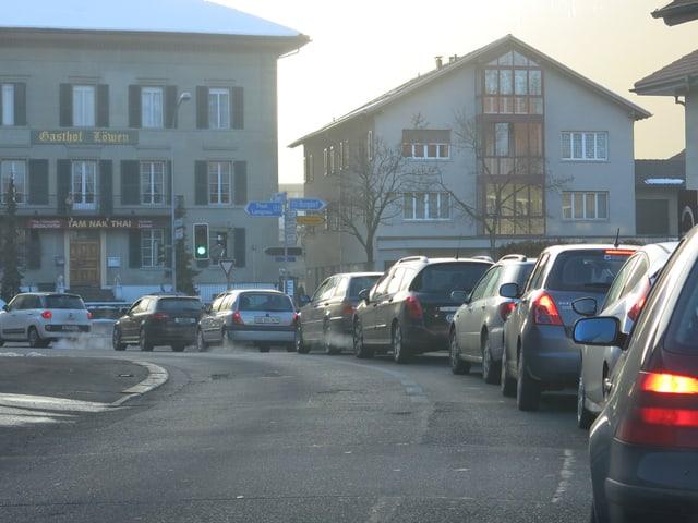 Autos stehen zwischen den Häuserzeilen im Stau.