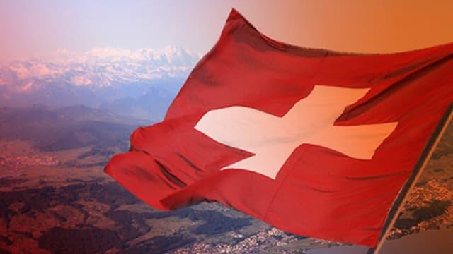Wehende Schweizer Flagge auf Berg