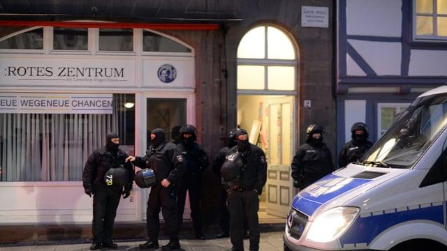 Polizia davant in bajetg.