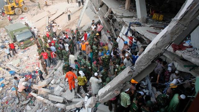 Rettungskräfte vor dem eingestürzten Haus in Bangladesch