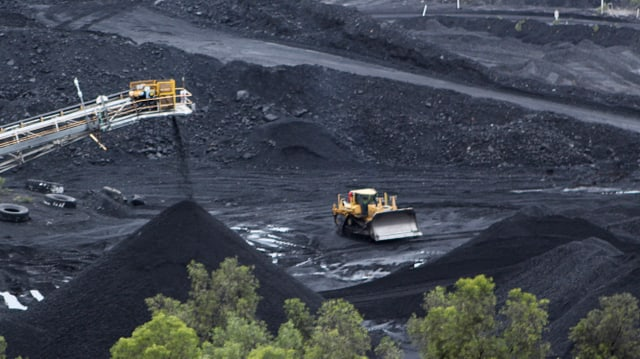 Ein Bagger steht in einer Kohlemine in Australien.