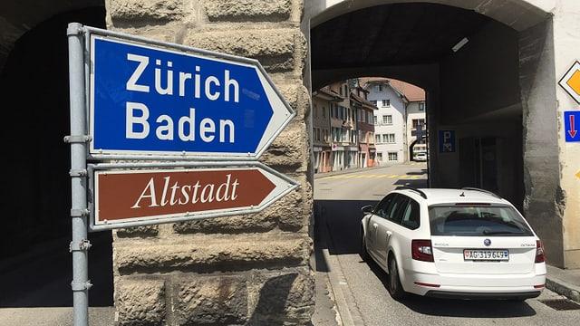 Ein Auto fährt in die Altstadt von Mellingen.