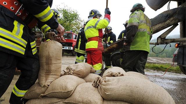 Sandsäcke werden als Schutz gegen das Hochwasser gefüllt.