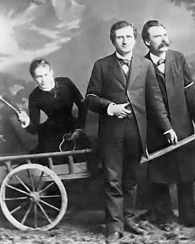 Lou Andreas-Salomé, Paul Rée und Friedrich Nietzsche, sw-Foto vor Bergkulisse