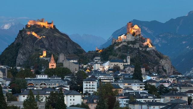 Blick auf die Wahrzeichen des Walliser Hauptorts Sitten.