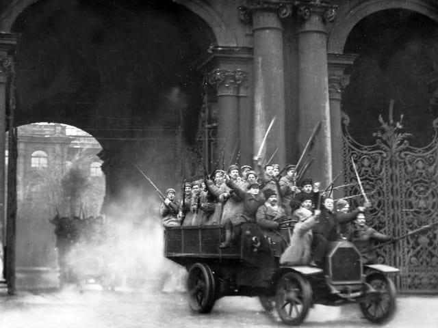 Die siegreichen Revolutionäre kehren aus dem Winterpalast zurück.