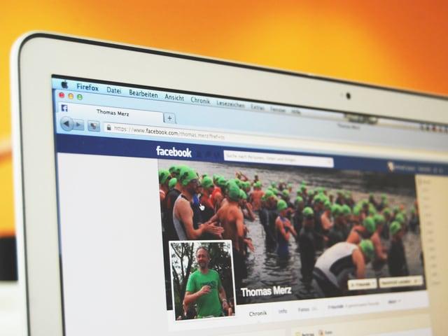 Auf einem Laptop-Bildschirm ist Thomas Merz' Facebook-Profil zu sehen.