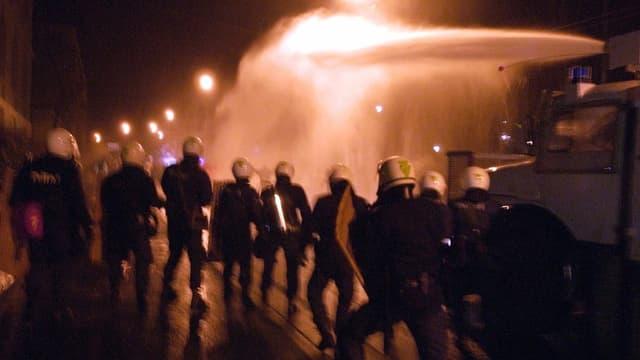 Polizisten mit Wasserwerfer in Bern 2003