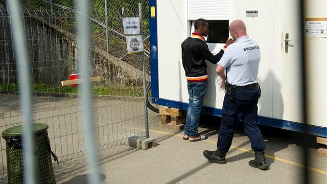 Auf dem Gelände des Asylzentrums Nottwil - Asylbewerber und Securitas