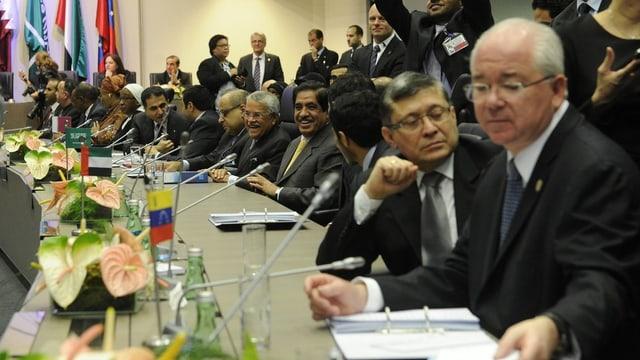 Vertreter der Mitgliedstaaten an einem Tisch.