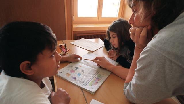 Kinder beim Unterricht in der Schule im Durchgangszentrum Schluein.