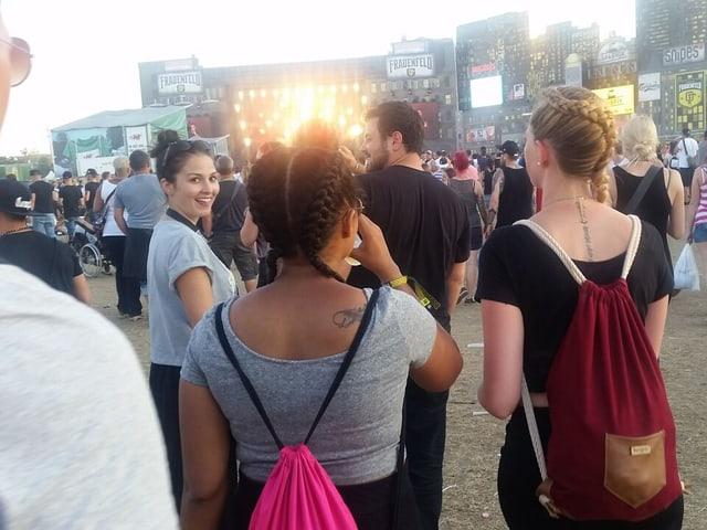 Foto von Festivalbesucherinnen (Hinterköpfen) mit schönen Zöpfen