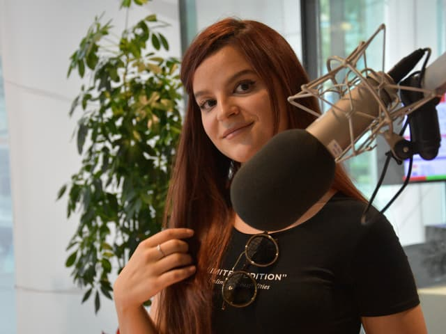 Arbelina Maralushaj en il studio dal radio rumantsch.