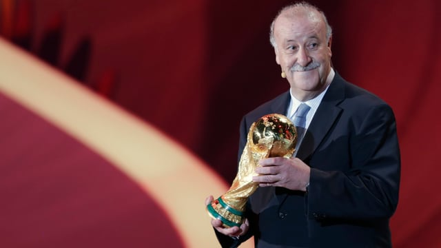 Spaniens Nationalcoach Vicente del Bosque mit dem WM-Pokal