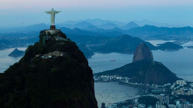 Die Chritsusstatue in Rio de Janeiro, dahinter die Hügel des Hinterladens der Millionenmetropole. (keystone)