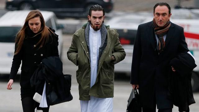 Michael Delefortrie in einem weissen Dschihadisten-Kleid. Seine Anwälte tragen schwarze Business-Kleider.