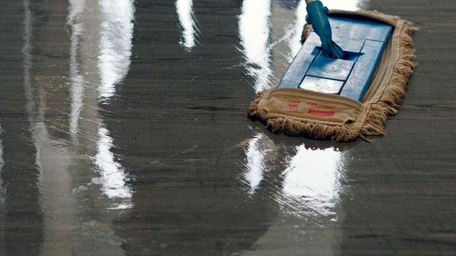 Frisch geputzter Boden mit Wischmopp.