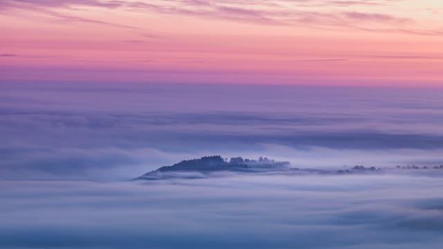 Blick auf das Nebelmeer. Einzelne Hügel ragen als Inseln aus dem Nebelmeer.