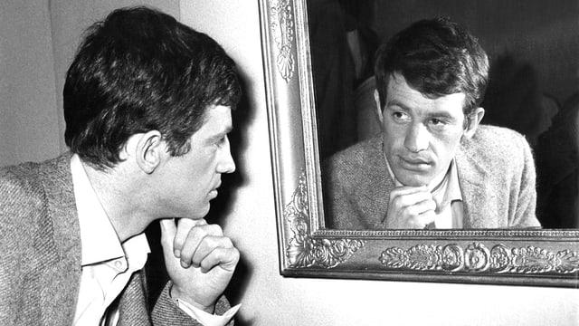 Belmondo blickt in Denkerpose in einen Spiegel: undatierte Aufnahme.