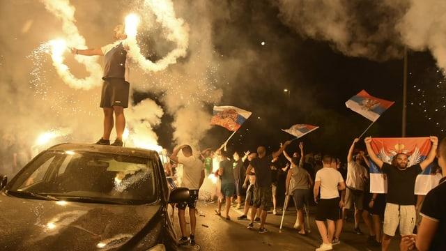 Montenegros pro serbische und russische Opposition feiert auf der Strasse nach Bekanntgabe erster Resultate.