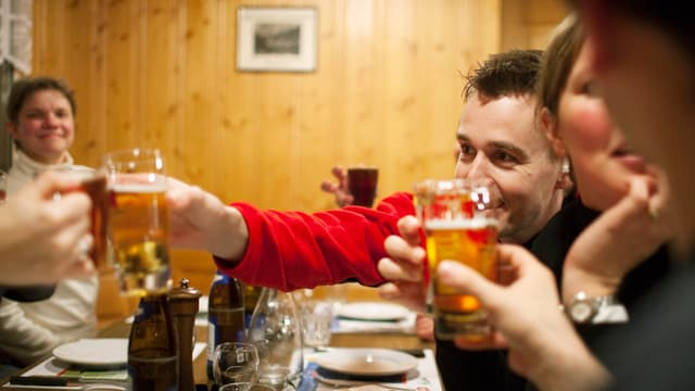 Leute beim Bier trinken