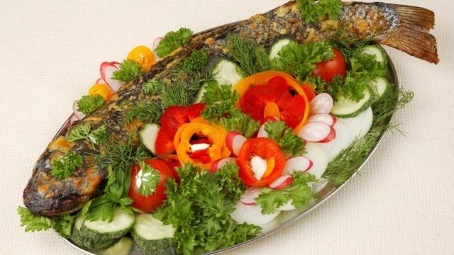 Gegrillter Fisch mit Gemüse.