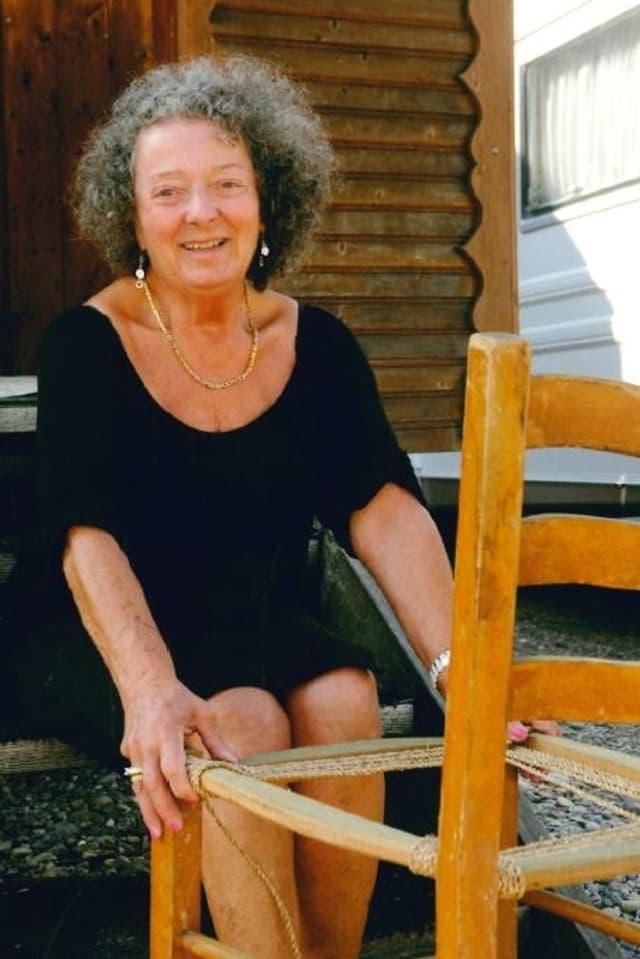 Maria Mehr zeigt an den Kulturtagen, wie ein Stuhl geflickt wird.