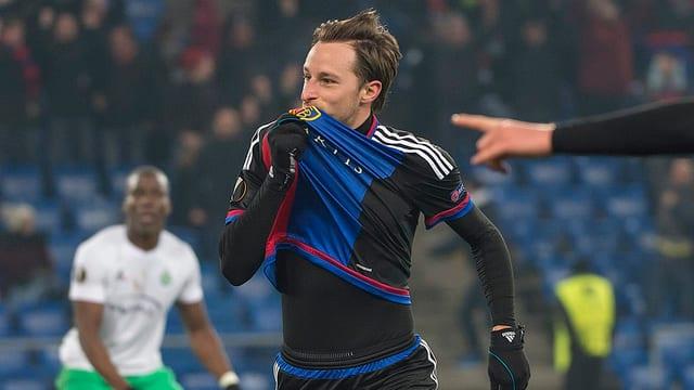 Luca Zuffi küsst das FCB-Emblem nach seinem 2. Treffer.