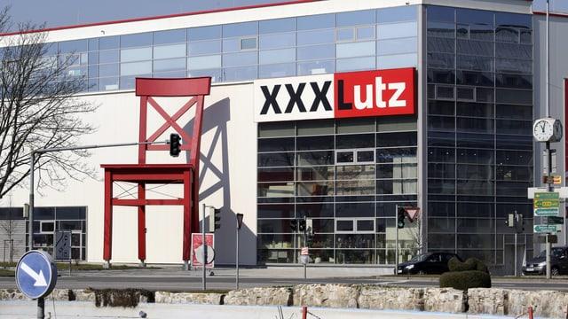 Mögelhaus XXXLutz mit riesigem rotem Stuhl vor dem Eingang.