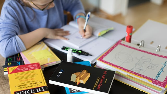 Schülerin lernt an einem Schreibtisch für die Aufnahme ins Gymnasium