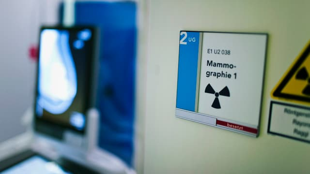 Eine Eingangstür zu einem Untersuchungszimmer.