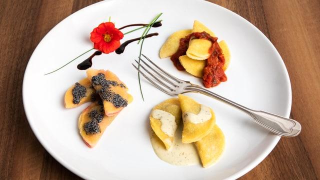 Kräuter-Ricotta-Ravioli mit Tomatensauce, Gartengemüse-Ravioli mit Prosecco-Rahmsauce und Randen-Ravioli mit Mohnbutter