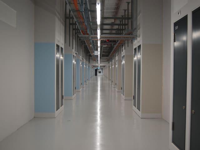 Ein langer, menschenleerer Gang im neuen Rechenzentrum der Swisscom in Bern-Wankdorf.