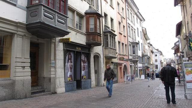 Eine Gasse in der Schaffhauser Altstadt. Mit Pflastersteinen und Häusern mit Erkern.