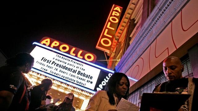 Leute vor dem Apollo Theater in New York.