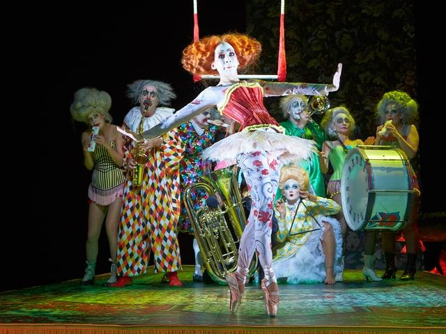 Zirkusartisten und Clowns.